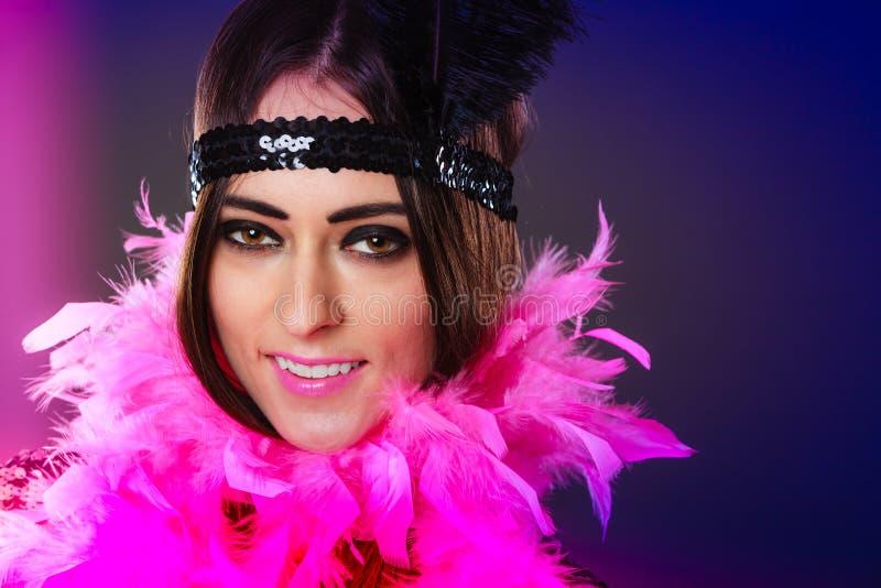 Plume de rose de fille et plume noire sur la tête Carnaval photo libre de droits