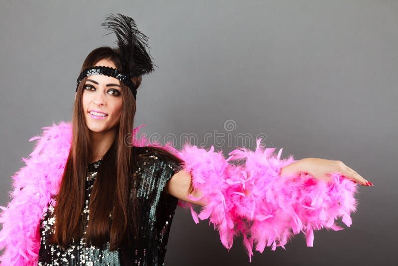 Plume de rose de fille et plume noire sur la tête Carnaval images stock