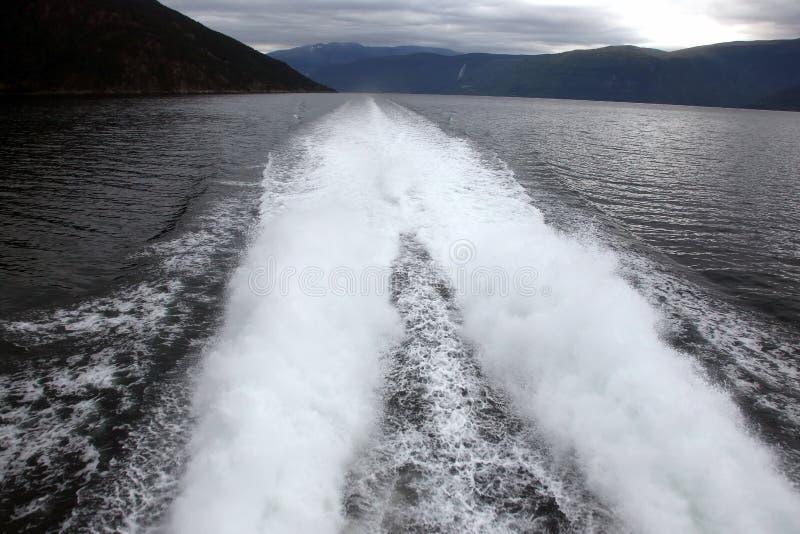 Plume de un barco rápido en el agua foto de archivo libre de regalías