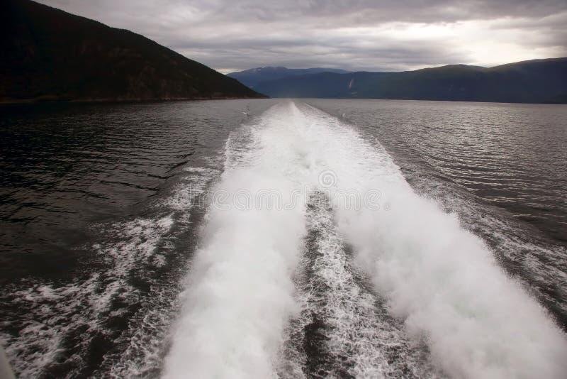 Plume de un barco rápido en el agua imagenes de archivo