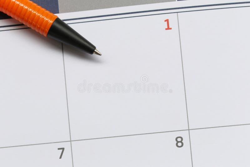 Plume orange pour vider l'espace sur le fond de calendrier photographie stock