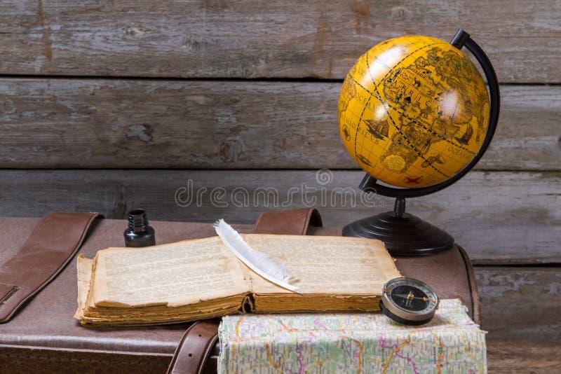 Plume sur le livre près de l'encrier encastré photographie stock