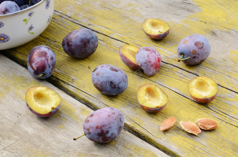 Download Plums On Shabby Wooden Table Stock Image - Image: 26655565