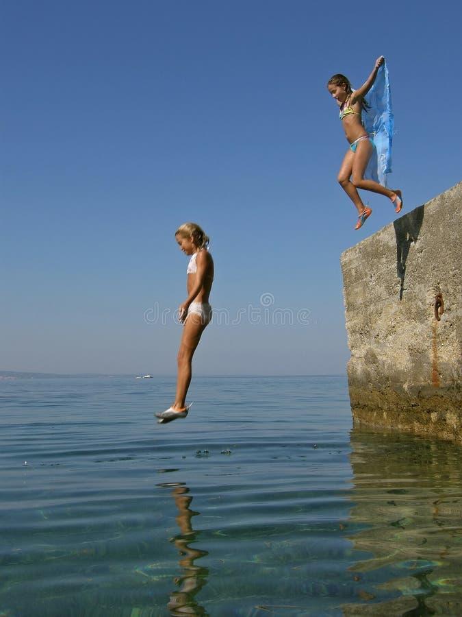 Plung de las muchachas en el mar fotos de archivo