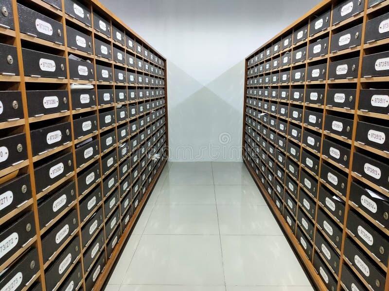 Plus de boîte aux lettres plus en bois de personnes images stock