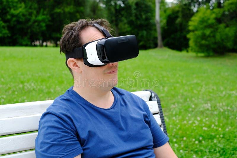 Plus de groottemens die virtuele werkelijkheidsbeschermende brillen in openlucht dragen stock afbeeldingen