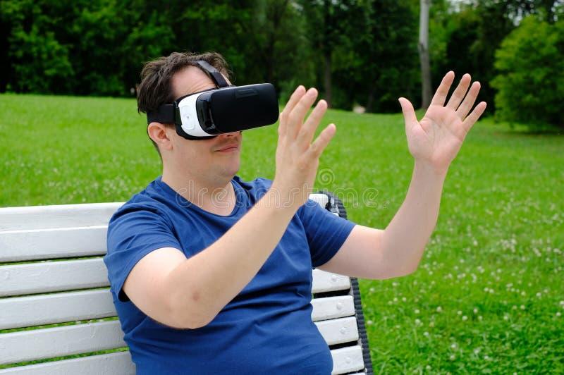 Plus de groottemens die virtuele werkelijkheidsbeschermende brillen in openlucht dragen royalty-vrije stock foto's