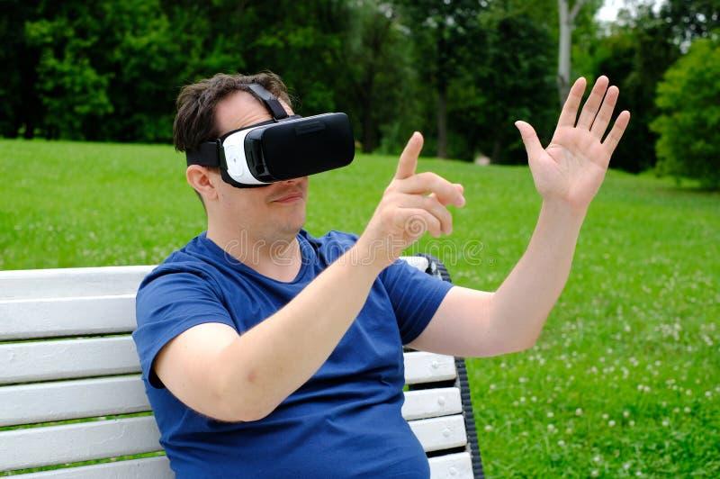Plus de groottemens die virtuele werkelijkheidsbeschermende brillen in openlucht dragen royalty-vrije stock afbeelding