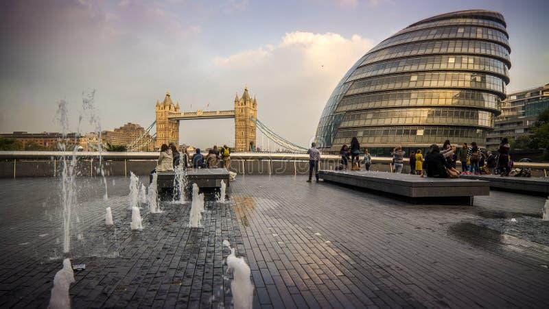 Plus de Londres, de ville hôtel et de pont de tour photo libre de droits