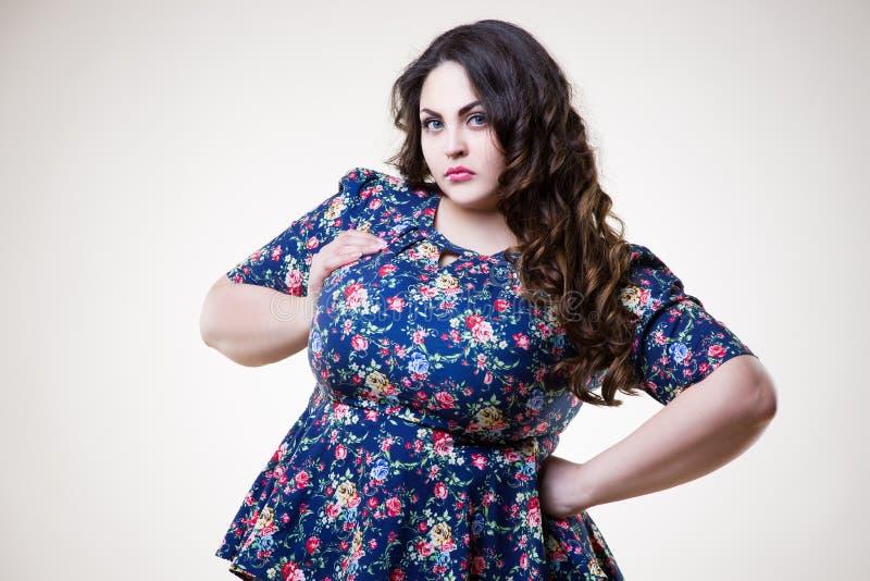 Plus formatmodemodell i tillfällig kläder fet kvinna på beige bakgrund, överviktig kvinnlig kropp royaltyfria bilder