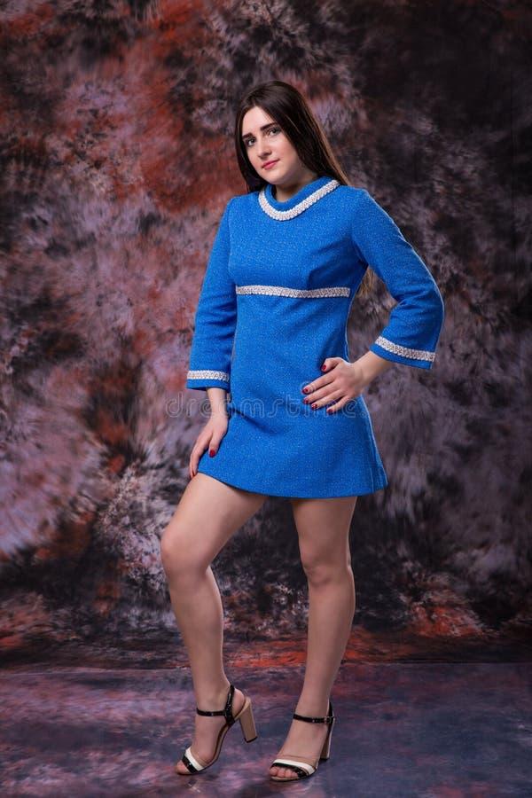 Plus portret van de grootte het modelvrouw in blauwe kleding op marmer gekleurde achtergrond stock foto's