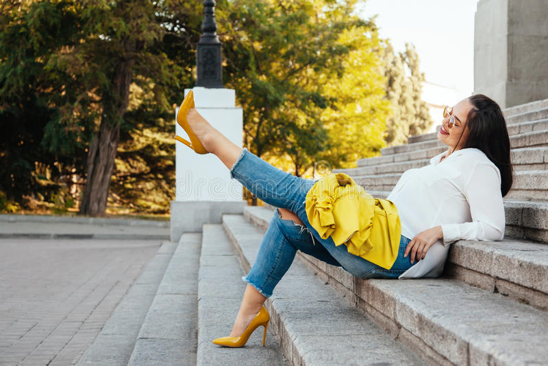 Plus rozmiar wzorcowa jest ubranym moda odziewa fotografia stock