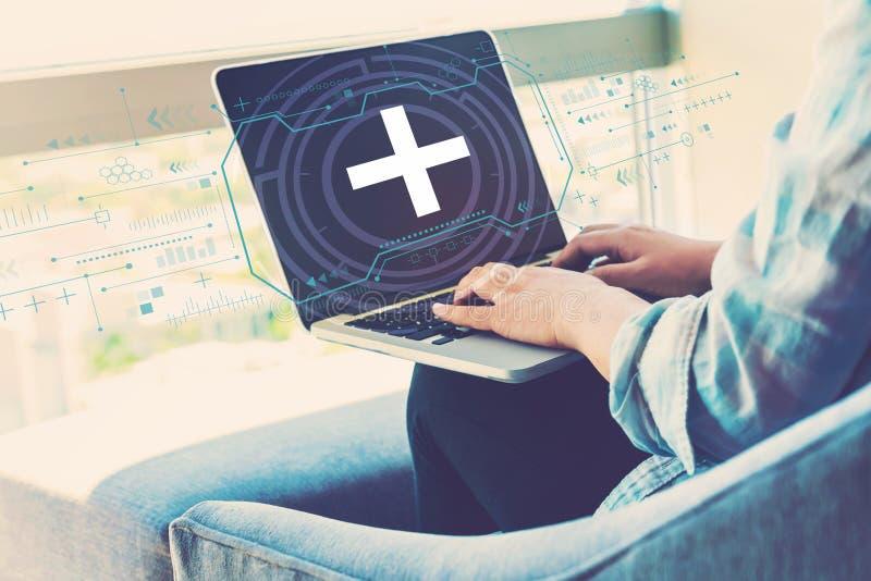 Plus tecken med kvinnan som använder bärbara datorn arkivbild
