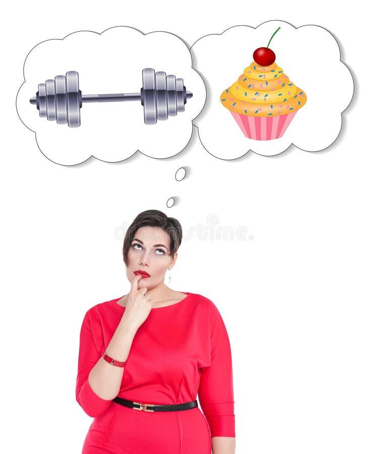 Plusgrößenfrau, die Wahl zwischen Sport und ungesundem Lebensmittel trifft lizenzfreies stockfoto
