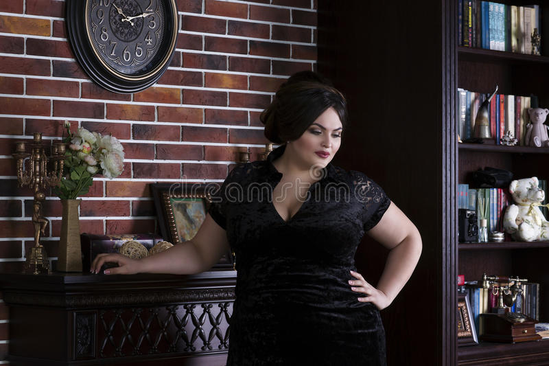 plusgr enmode modell im schwarzen abendkleid fette frau. Black Bedroom Furniture Sets. Home Design Ideas