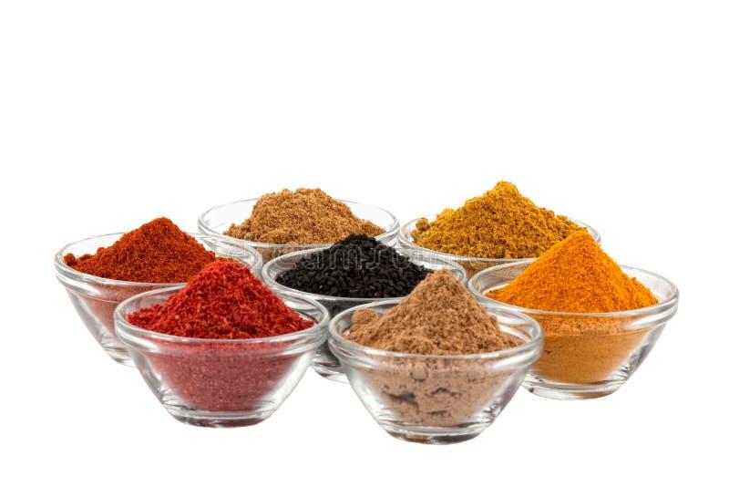 Plusieurs épices d'Indien dans la cuvette de cuvettes en verre photos libres de droits