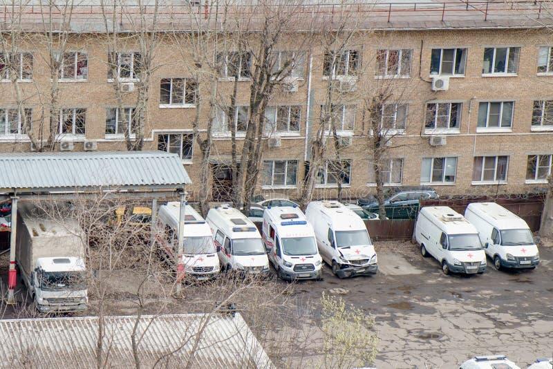 Plusieurs ambulances cassées après des accidents d'accident à la station de réparation, Moscou, Russie, avril 2019 photographie stock libre de droits