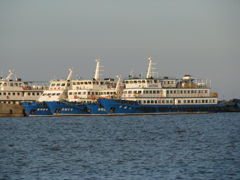 Plusieurs bateaux qui sont restés dans le port image stock