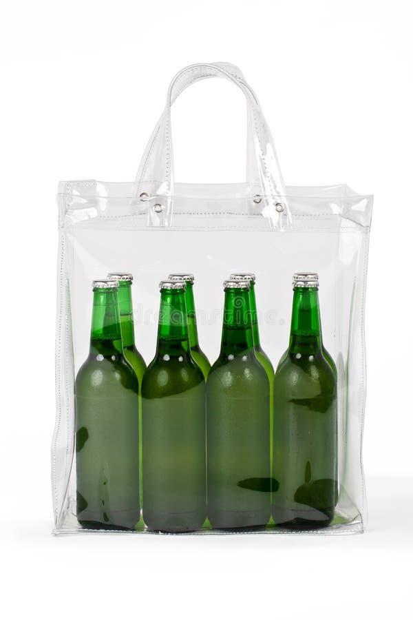 Plusieurs bières froides dans le sachet en plastique image stock