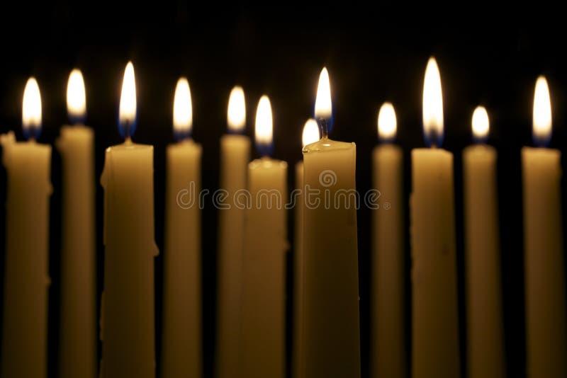 Plusieurs bougies sur le fond noir photographie stock libre de droits