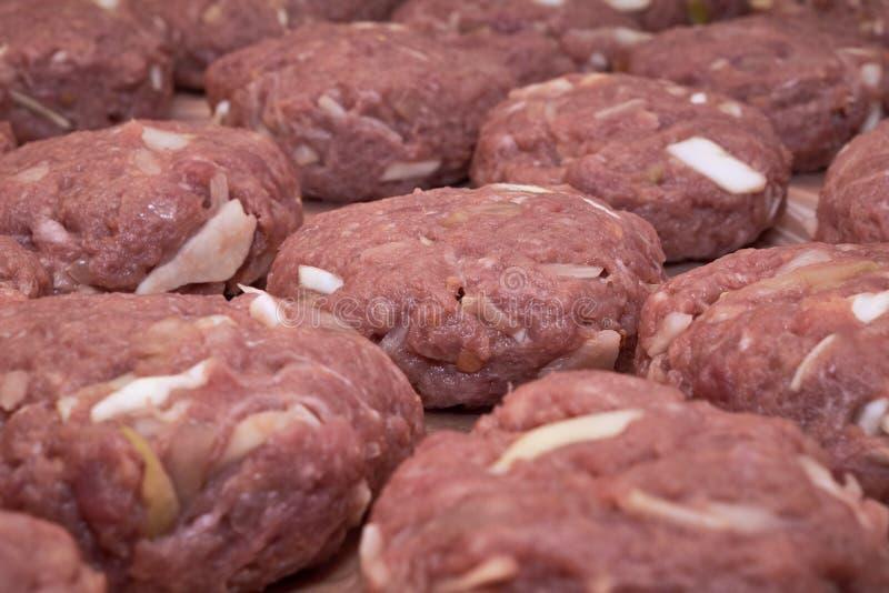 Plusieurs boulettes de viande hachée crue sont alignées photographie stock libre de droits