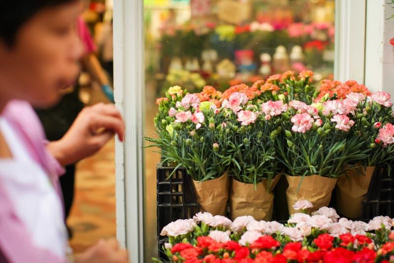 Plusieurs bouquets d'oeillet prêts pour la vente sur un marché de fleur de rue images stock