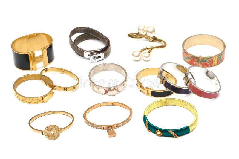 Plusieurs bracelets de bracelets présentés sur l'affichage photos stock