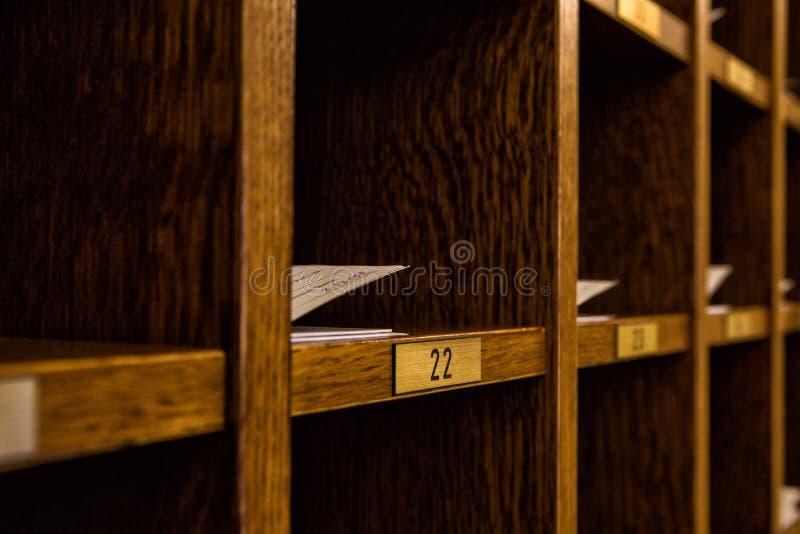 Plusieurs clés de carte d'hôtel dans un coffret photo libre de droits