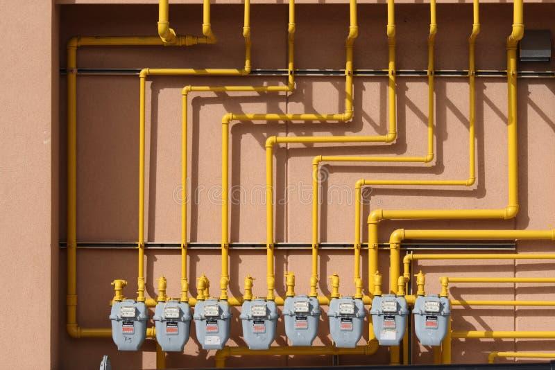 Plusieurs compteurs à gaz sur un mur photos stock