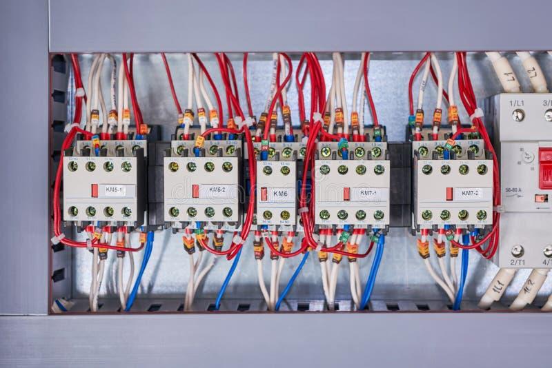 Plusieurs contacteurs sont disposés de suite dans l'armoire électrique images libres de droits