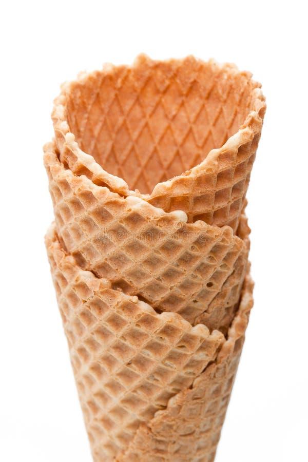 Plusieurs cornets de crème glacée vides d'isolement sur le fond blanc photographie stock