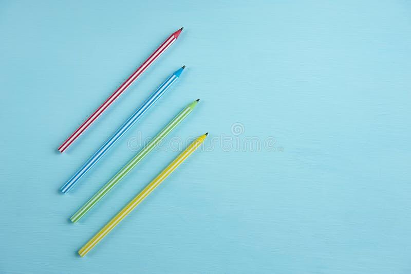 Plusieurs crayons multicolores sur un fond bleu photo stock