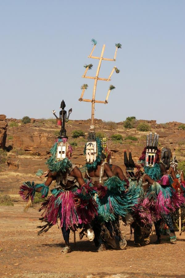 Plusieurs danseurs de Dogon avec des masques images stock