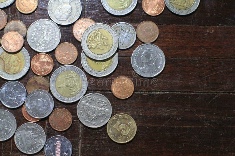 Plusieurs de pièces d'or d'argent et de baht thaïlandais pour le concept d'affaires, de finances et d'opérations bancaires photos stock