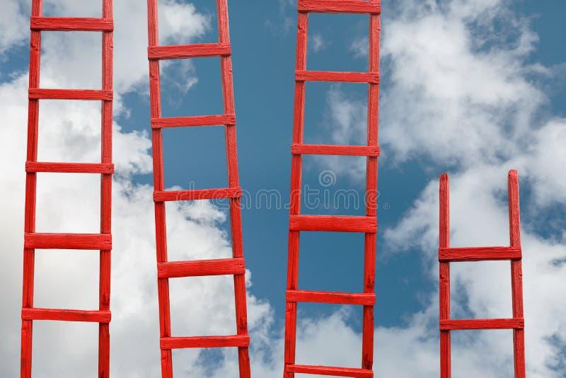 Plusieurs escaliers rouges au ciel La route à la réussite Accomplissement de concept de carrière de buts photos libres de droits