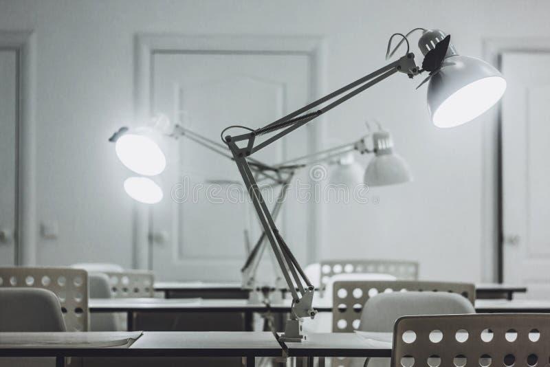 Plusieurs lampes de bureau blanches, bureau, lampes de bureau images libres de droits