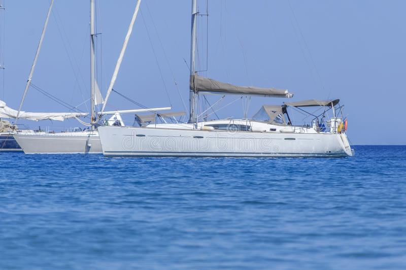Plusieurs le luxe a accouplé le bateau nautique à la mer bleue le jour d'été photos libres de droits