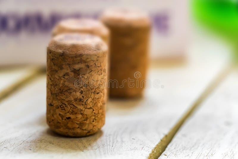 Plusieurs lièges de vin se tiennent sur la fin en bois de surface photographie stock libre de droits