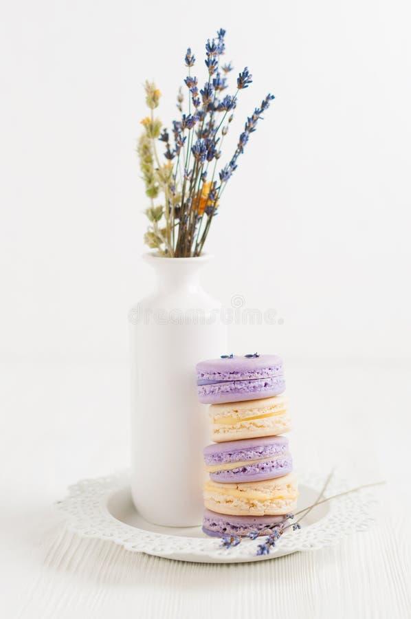 Plusieurs macarons de lavande et de vanille dans la pile images stock