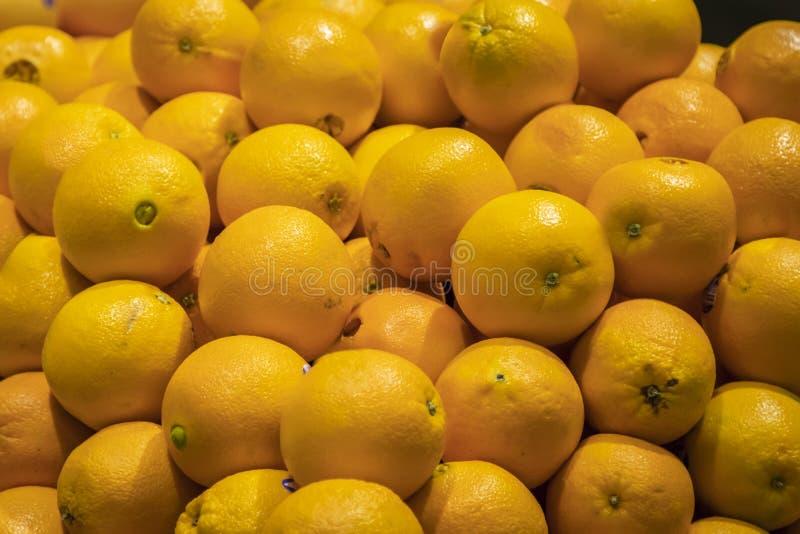 Plusieurs oranges dans une pile photographie stock libre de droits