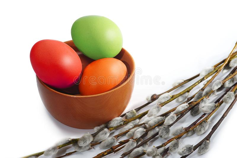 Plusieurs osier de saule et d'oeufs de pâques colorés photographie stock libre de droits