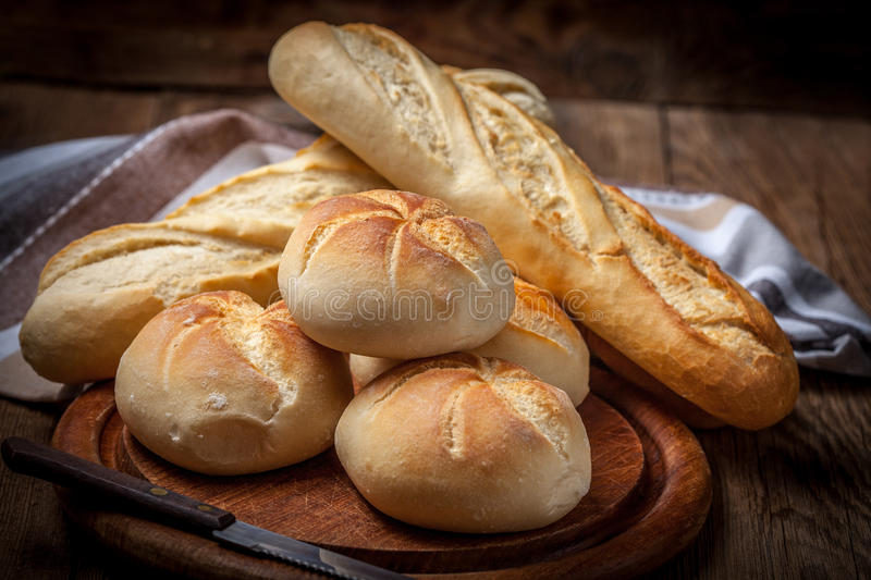 Plusieurs petits pains de kaiser et baquette image libre de droits