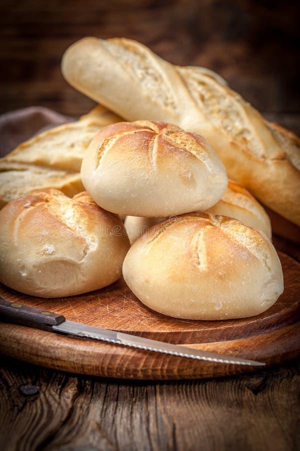 Plusieurs petits pains de kaiser et baquette photo libre de droits