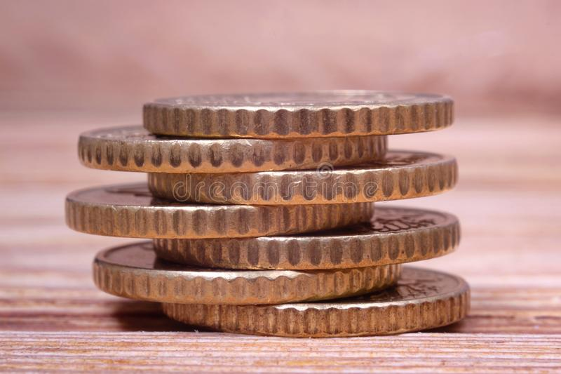 Plusieurs pièces de monnaie d'euro dans une pile photo libre de droits