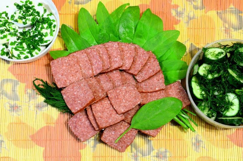 Plusieurs plats avec différentes nappes savoureuses se tiennent sur un tapis en bambou images stock