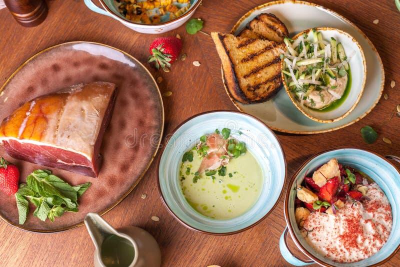 Plusieurs plats sur une table en bois servie au dîner photographie stock libre de droits