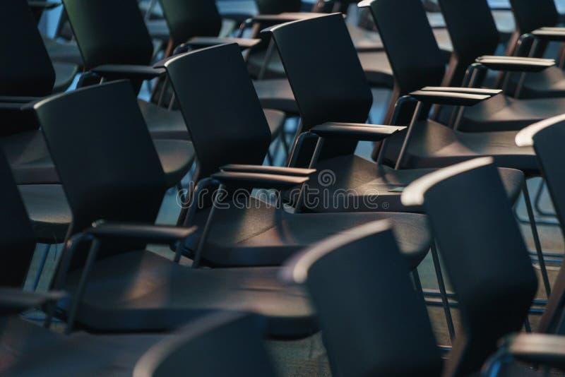 Plusieurs rangées des chaises en plastique vides dans l'assistance se sont préparées au discours du ` s de haut-parleur devant de photo libre de droits