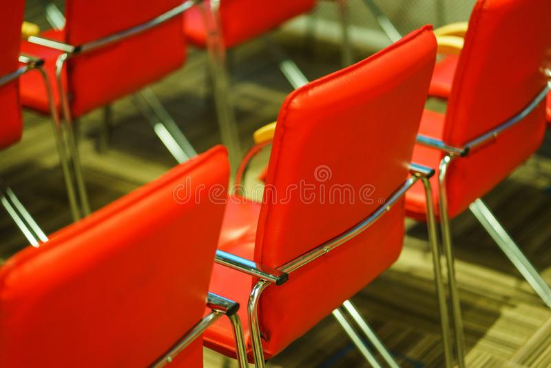 Plusieurs rang?es des chaises vides dans l'assistance pr?par?e pour l'avant de la parole de l'orateur des ?tudiants ou les journa photos stock