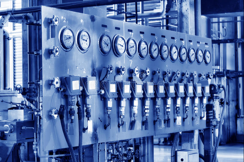 Plusieurs rangées des compteurs à gaz électriques et du côté photographie stock libre de droits