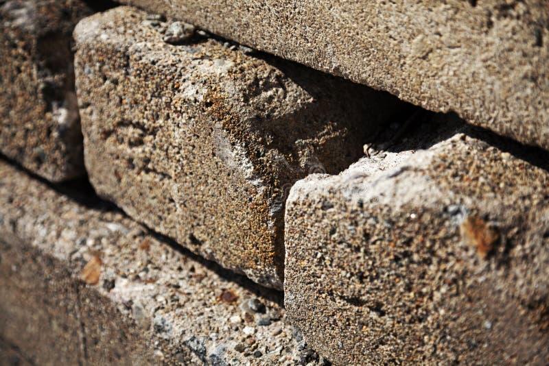 Plusieurs rochers rectangulaires empilés dans une pile photos libres de droits